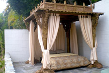 indian pillar bed